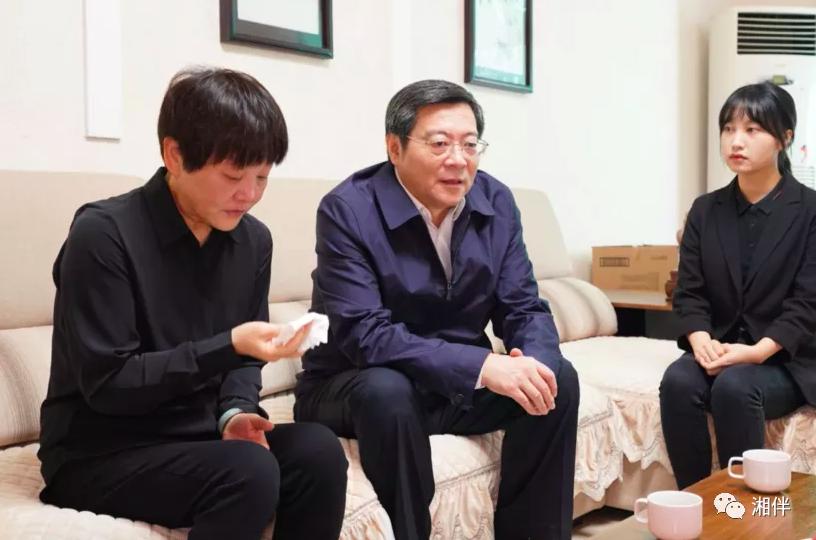 省委书记往返1千多公里 看望两位殉职县委书记的家属图片