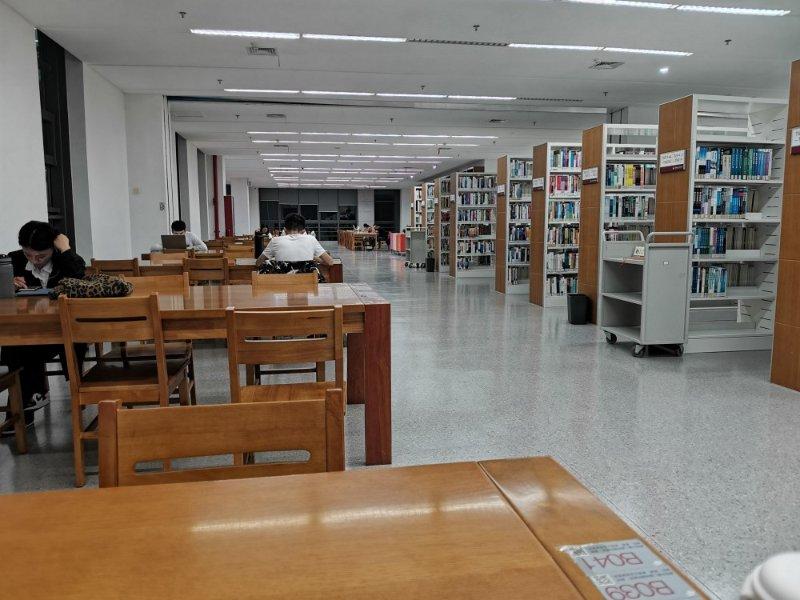 校园双节汇|山东师范大学学生中秋夜在图书馆读书