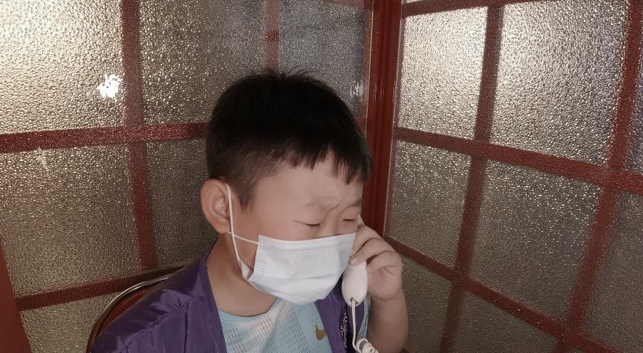 10岁的小侯哭着谢谢姥姥和姥爷对他的养育之恩。新京报记者 袁静新 周的