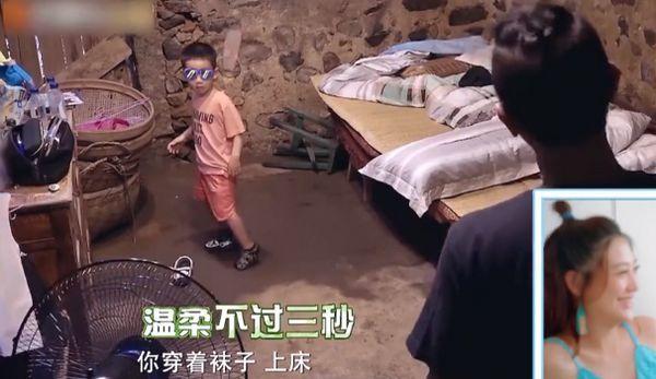 陈小春沉迷手机不陪儿子,被应采儿吐槽,她的育儿方式让人点赞