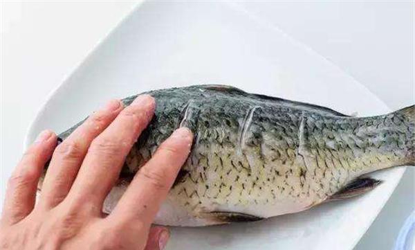 煎鱼时,直接下油锅就错了,多加1步,鱼肉完整不粘锅,又香又嫩