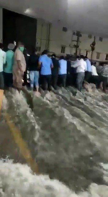印度南部特伦甘地邦遭遇百年大洪水……