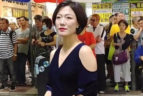 东北姑娘香港街头卖唱收打赏,曾夺《星光大道》总冠军上央视春晚