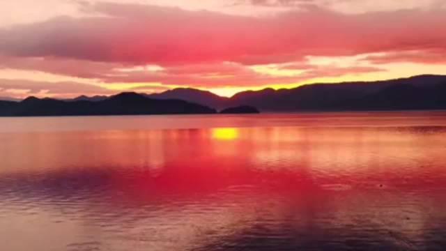 晨曦前的泸沽湖,总是带有一丝神秘 那么恬静雅致……