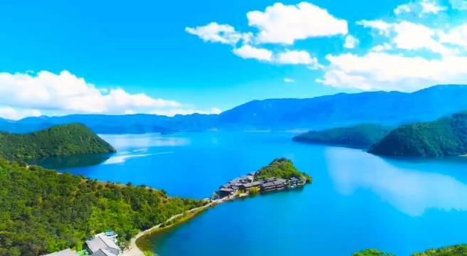 清晨的泸沽湖,寂静无声水天一色,远处山峰白云缭绕