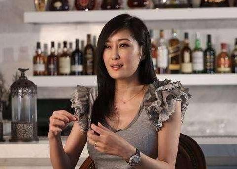 """她被称最""""性感""""李莫愁,今52岁仍韵味十足,嫣然一笑百媚生"""