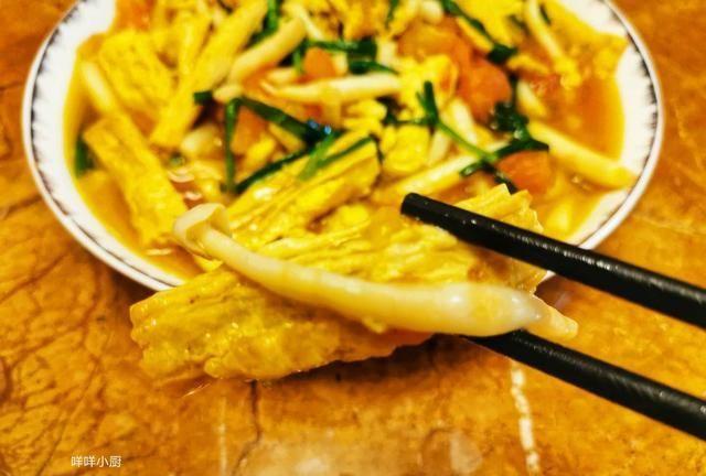 天冷吃什么好,一盘有汤有菜的番茄白玉菇炖腐竹,好吃到差点舔盘