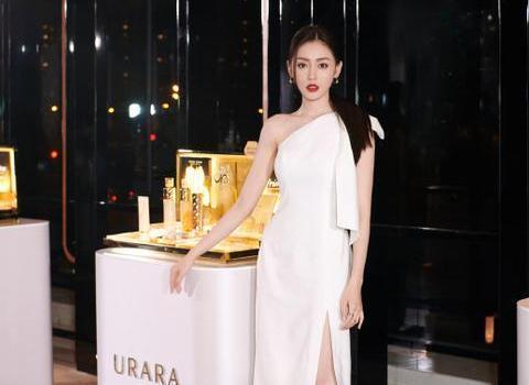 张天爱活动穿白色露肩礼服裙,时髦高贵,一举一动展现迷人风采