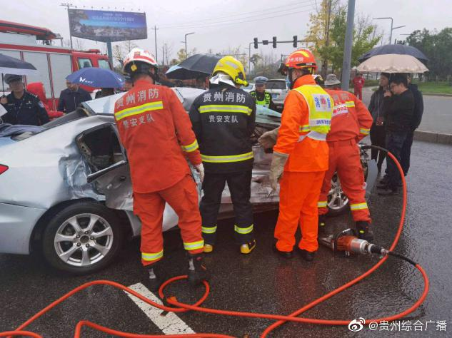 货车与小型轿车相撞 贵安消防火速救援
