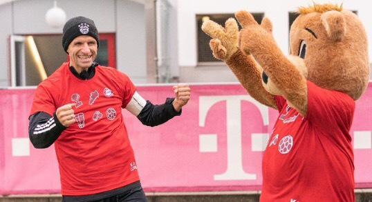"""拜仁慕尼黑官方宣布,""""孩子王""""穆勒正式接替了离队的蒂亚戈……"""