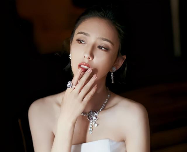 """佟丽娅晒母子睡前聊天视频,被儿子吐槽""""妈你都瘦成啥样了?"""""""