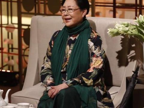 斯琴高娃的奶奶装太美,印花长衫配绿围巾高雅大气,70岁好精神