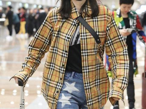 """""""马蓉""""还不当偶像太浪费了,穿格纹衬衫配短裤,其实不输女明星"""