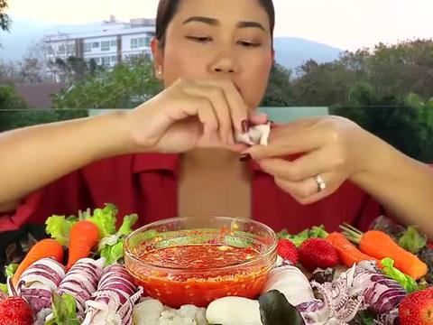 吃播大妈这吃法头一次见,鱿鱼胡萝卜蘸海鲜酱