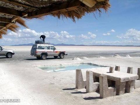 一座由盐巴堆积起来的旅馆,每年都要修缮,禁止游客舔墙壁