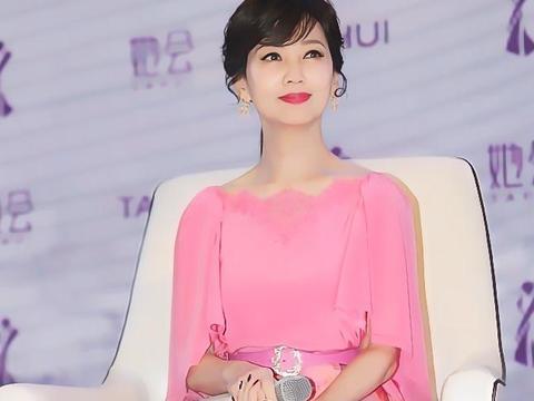 赵雅芝:粉色上衣搭配印花裙 蝴蝶钻饰耳坠优雅迷人