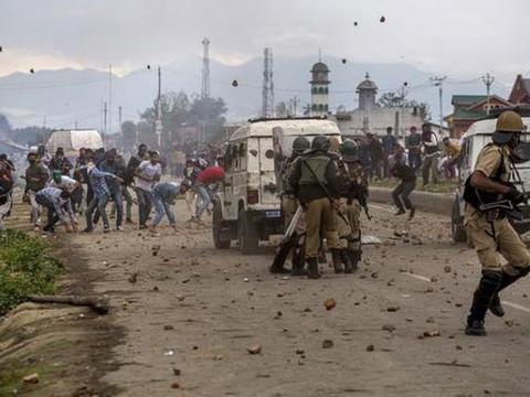 印度深夜爆发枪响,武装分子打冷枪,一名警察忘带武器当场身亡