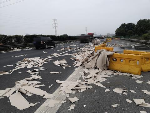 千斤纸卷跌掉落高速洒满路面 交警三分钟火速清理恢复交通