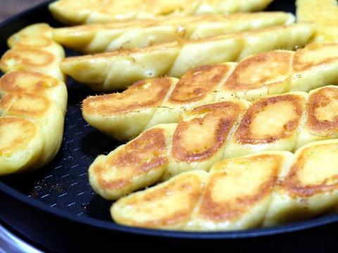 玉米面做面食不用蒸,松软细腻底部焦脆,比蒸的香,全家都爱吃