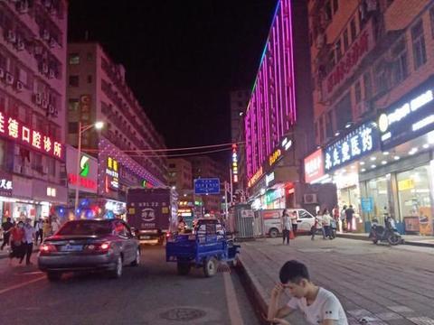 深圳石岩石龙仔繁华的夜景,一个工业发达的社区