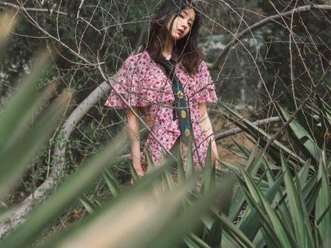 """陈都灵树丛中拍照,被人""""批""""照片不清楚,难道是不自信?"""