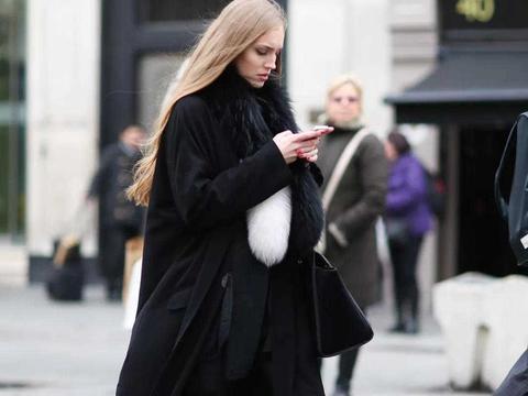 原来梅婷这么会穿搭,黑色大衣配黑色飞鼠裤,简单单品穿出时尚感