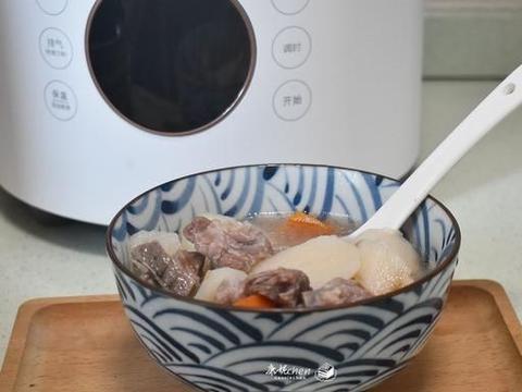 秋冬季天气干燥,多喝汤营养又补水,山药排骨煲汤鲜甜味美太好喝
