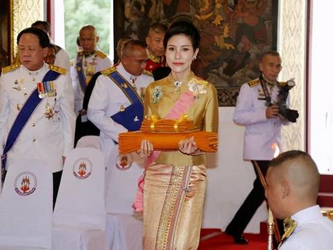 """诗妮娜贵妃被苏提达""""灭了威风""""?金黄裙皱巴巴,王后90度弯腰"""