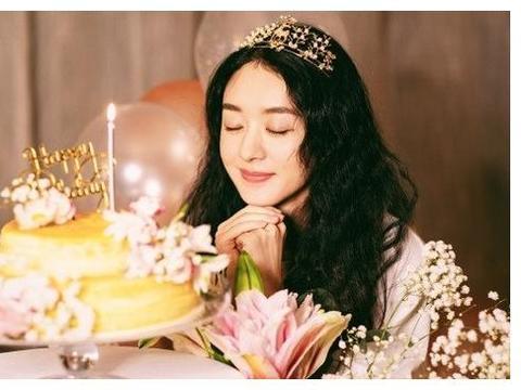 赵丽颖庆祝33岁生日:头戴皇冠坐在花丛中,像白雪公主一样漂亮