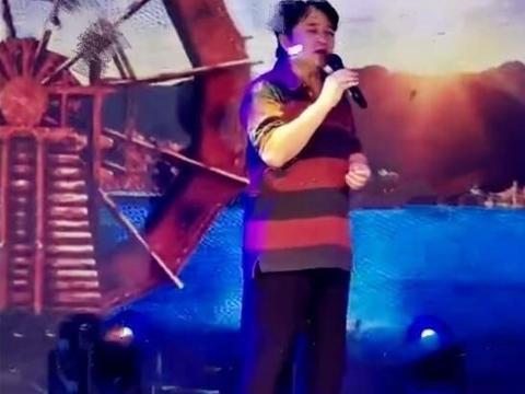 61岁毕福剑现身商演,穿9年前旧衣挺大肚腩,与长腿美女深情对唱