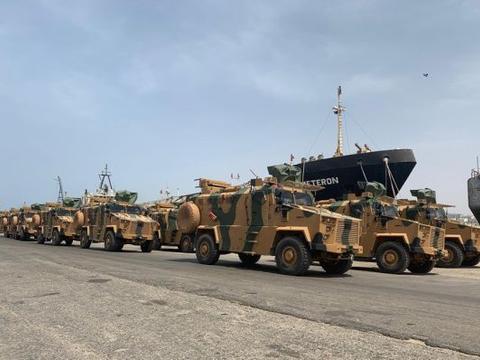 土耳其违反联合国决议,向利比亚运送大批军火,威胁军阀哈夫塔尔