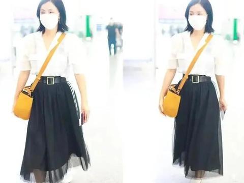 48岁陶虹依旧时髦,透视衬衫配蕾丝裙走机场,少女感十足