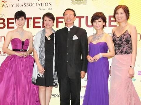 赵雅芝别再穿这裙子了,这么重的紫色不仅显老,直筒版型还显臃肿