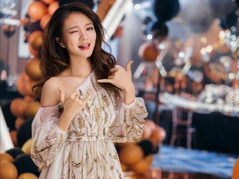 """安以轩很有""""贵妇""""气质范,穿一袭连衣裙高级优雅,魅力十足"""