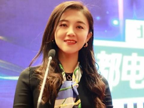 与王小海离婚后,王小玮履新职,台上发言笑容温柔无伤感