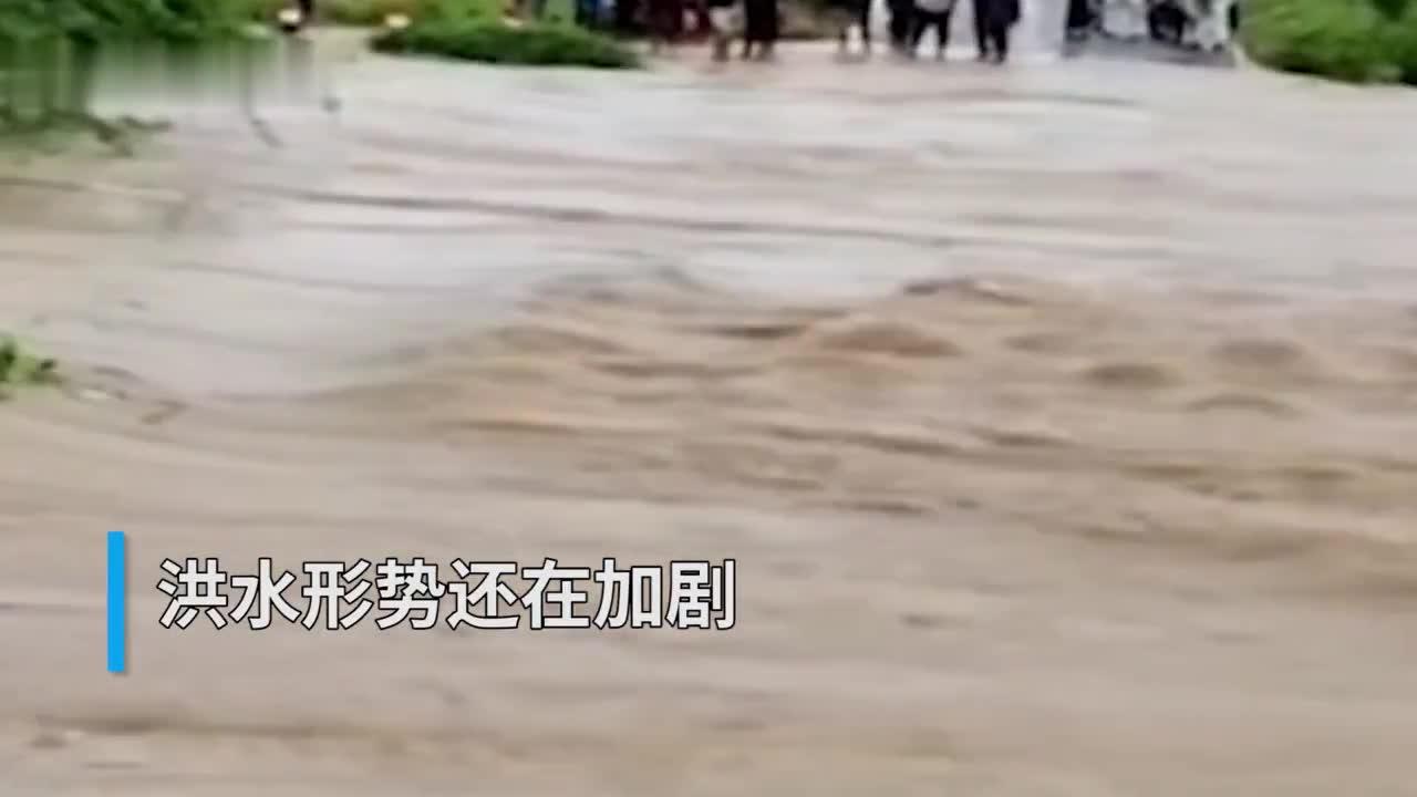 30秒 | 印度卡纳塔克邦洪灾形势严峻 97个村庄被淹 3.6万人被疏散
