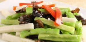 美食:鱿鱼焖小排,清炒苦瓜山药片,西芹炒豆皮,湘式小炒五花肉