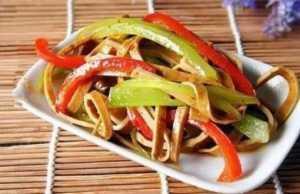 美食优选:莴笋豆干,番茄肉末烧豆腐,红烧排骨,煎茄子块的做法
