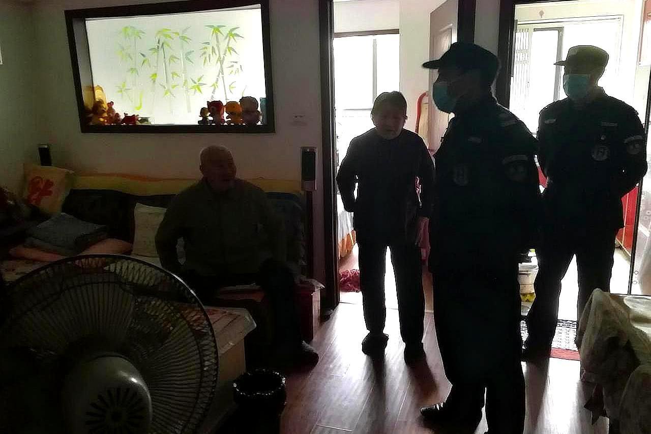 老大爷遛弯跌下陡坡,武汉市容网格员,将其救起护送回家