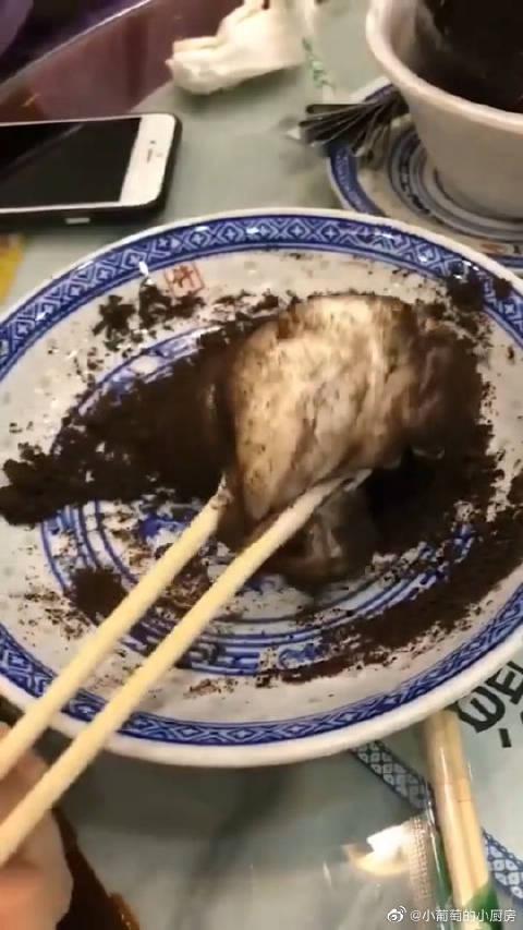 糍粑巧克力,我才刚刚吃进嘴里,旁边的老公就叫路人过来帮忙?