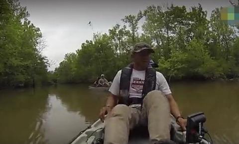 河中钓鱼以为上来一只大鱼,拉起一满嘴巨齿的家伙,吓得赶紧扔掉
