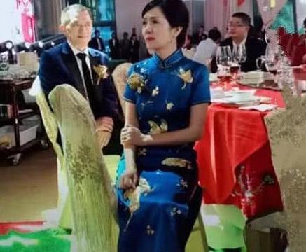 新娘婚礼妈妈抢风头,端庄如大家闺秀,网友:抹眼泪还优雅