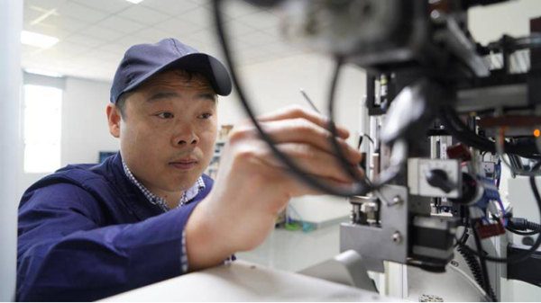 """中国梦·大国工匠篇 80后工匠陈亮:在300米""""长路""""上坚守18年的""""一微米大师"""""""