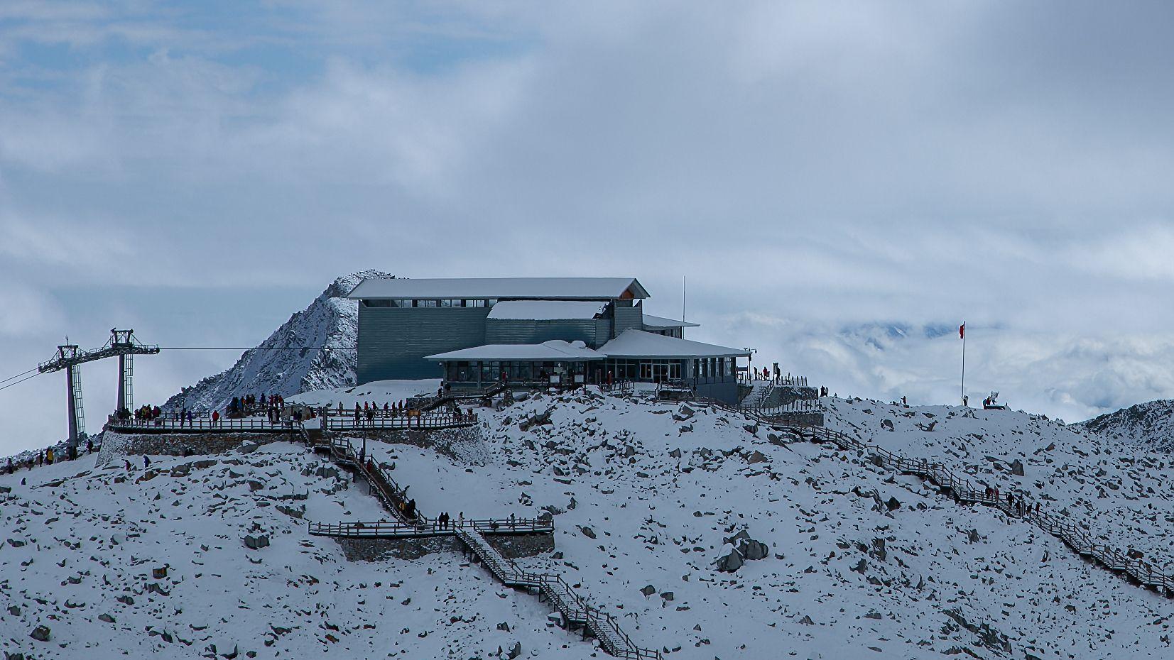 """为减缓冰川消融,中科院科研团队给冰川盖上500平米""""被子""""图片"""