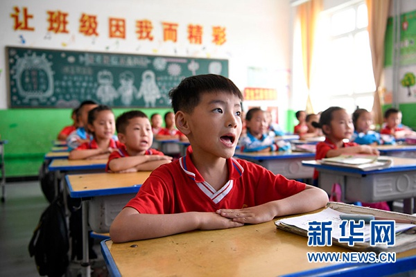 宁夏吴忠市红寺堡区红寺堡中心小学的学生在课堂上朗诵古诗(7月3日摄)。新华社记者 冯开华 摄