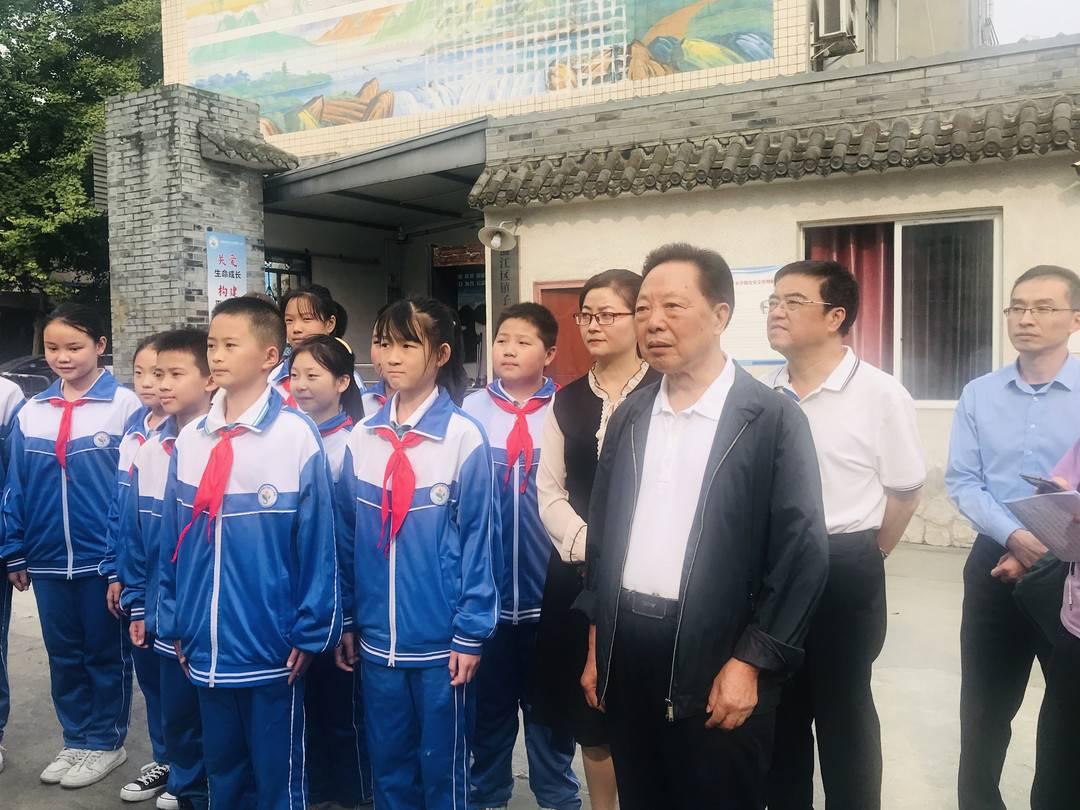 """五老志愿者李建明推广""""五心教育"""" 20万青少年受益"""