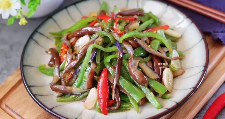 茄子搭配青椒这样做,吃起来比肉过瘾,鲜辣下饭,多吃都不怕长胖