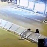 """云南文山两女子为走""""捷径"""",竟放倒百米护栏?结局令人舒适..."""