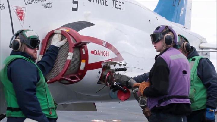 """代号""""苍鹰""""的T-45教练机在航母甲板上补充燃油"""