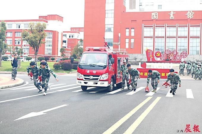南昌:大学新生军训多学一堂消防课